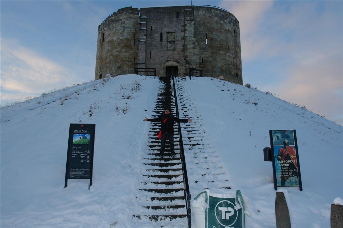 Yo, en las escaleras que suben hasta la histórica Clifford's Tower de York York, magia e historia tras la nieve - 5273535456 59037c9730 o - York, magia e historia tras la nieve