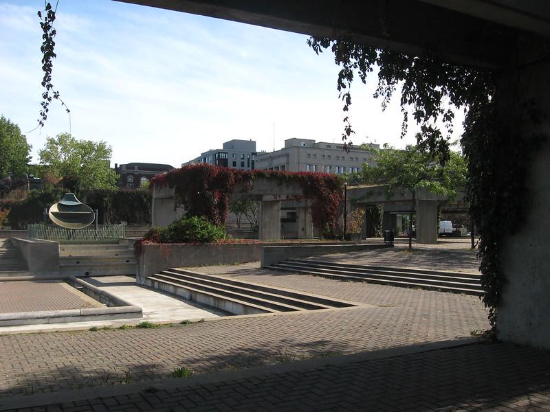 Montréal, Square Viger, vue des oeuvres Agora et Mastodo de Charles Daudelin