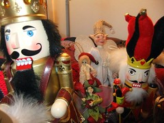 nutcracker(0.0), christmas decoration(0.0), statue(0.0), decor(1.0), santa claus(1.0), christmas(1.0), toy(1.0),