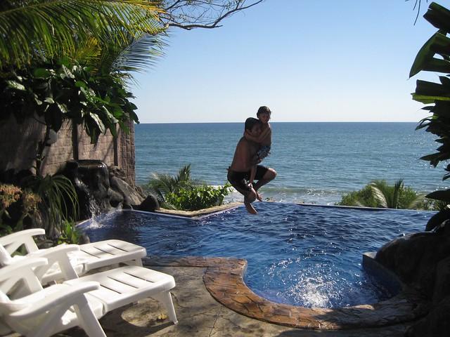 tekuani-kal-playa-tunco-family-friendly-beachfront-hotel-el-salvador-infinity-pool-jump-in-2
