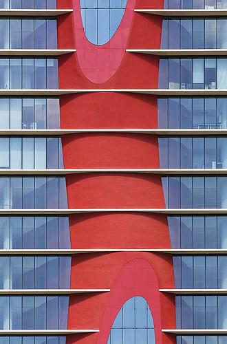 Detalle de la fachada principal de la Torre Realia con su característica figura de color rojo...