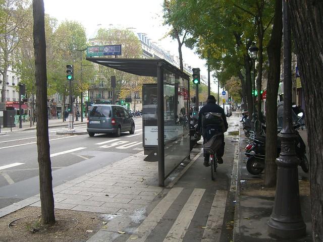 Подход к автобусной остановке через велодорожку