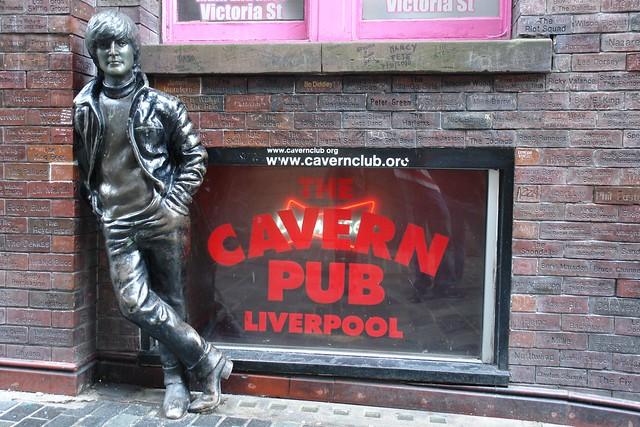 Ruta de los Beatles: John Lenon apoyado en Mathew Street ruta de los beatles - 5333156053 938c8a83f5 z - Ruta de los Beatles en Liverpool