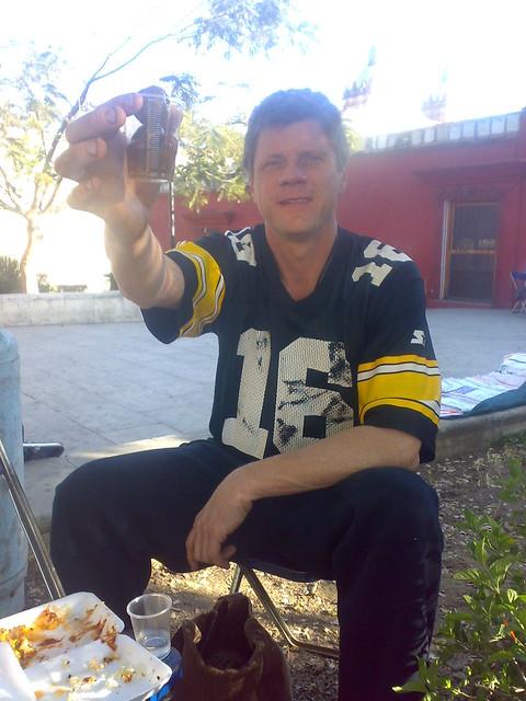 Ron Mader comiendo ciruelas curtidas