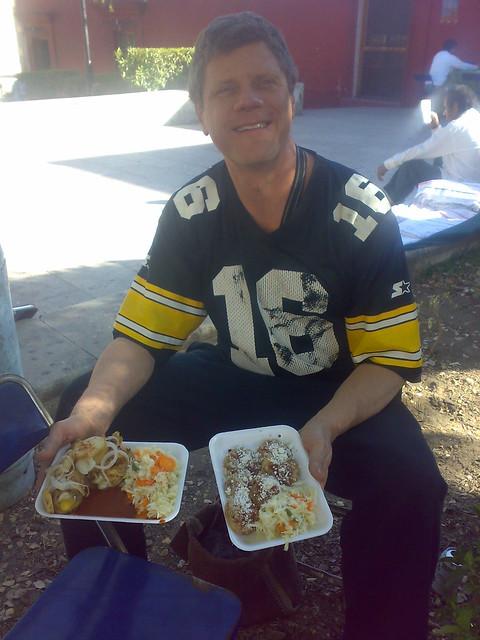 El buen amigo Ron degustando la comida tipica del Istmo