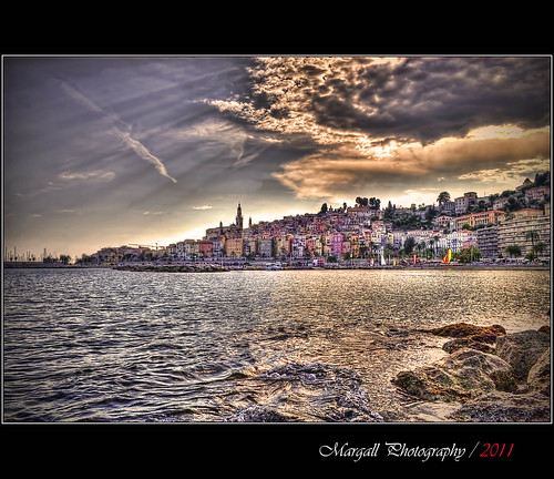 sea sky costa sun seascape france water clouds canon vintage reflections photography nuvole mare ray cityscape sigma cielo marco rays cote 1855 sole riflessi francia efs hdr azur menton raggi topaz mentone 30d azzurra photomatix galletto margall