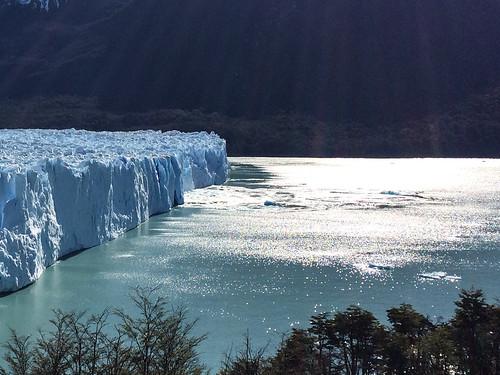El Calafate: un bloc s'est détaché du glacier Perito Moreno, provoquant quelques petites vagues