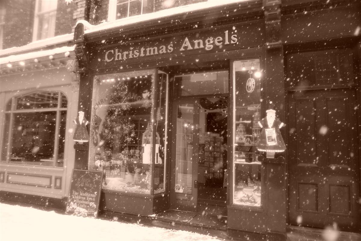 Mágica estampa que parece sacada de un cuento de navidad, ésta es la tienda Christmas Angels donde simpre es navidad en York. York, magia e historia tras la nieve - 5272918249 619080358e o - York, magia e historia tras la nieve