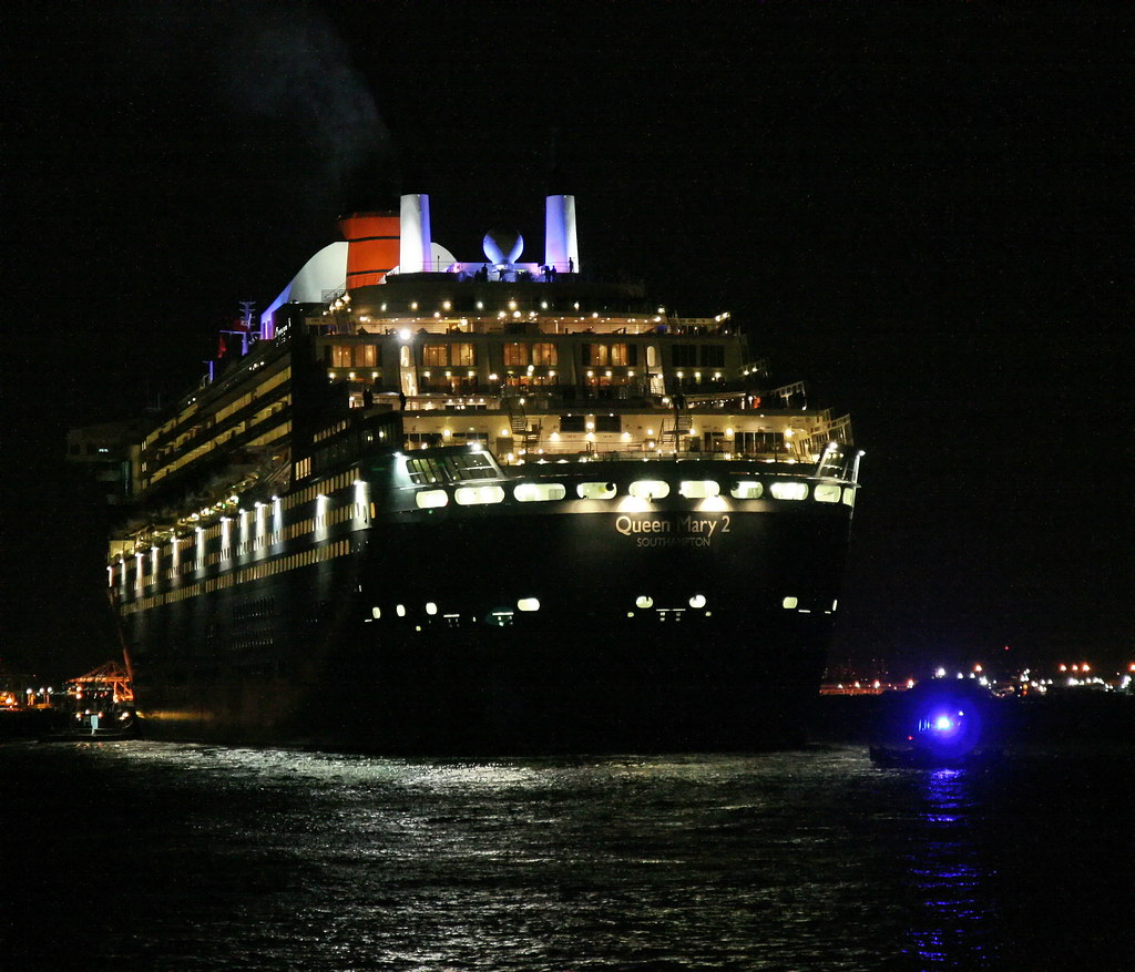 QUEEN MARY 2 - NYPD HARBOR BOAT
