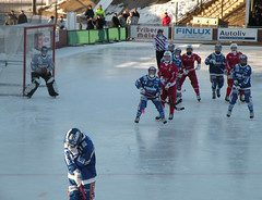stick and ball games(0.0), roller hockey(0.0), roller in-line hockey(0.0), sports(1.0), team sport(1.0), ice rink(1.0), ice hockey(1.0), hockey(1.0), ball game(1.0), bandy(1.0), athlete(1.0),