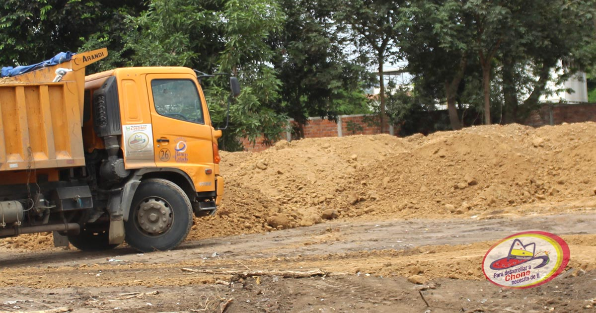 Maquinarias municipales continúan en adecuación de terreno en ULEAM ext. Chone