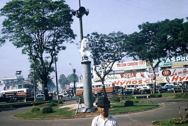Saigon 1965 - Tượng Quách Thị Trang trên bùng binh chợ Bến Thành - Photo by Jordan, 7/65-3/66