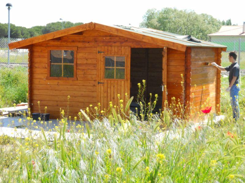 Jardineros en acci n mantenimiento de casetas de madera for Casetas de jardin metalicas baratas