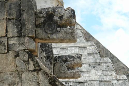 """Tzompantli y sus cabezas de serpiente custodiando el pasillo hacia """"El Castillo"""" [object object] - 5462090475 b9d83979af - Chichén Itzá, el gran vestigio de la civilización Maya"""