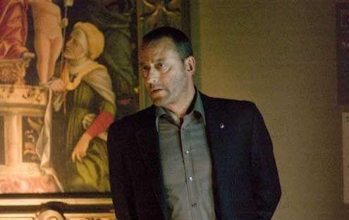 Jean Reno dans le Louvre