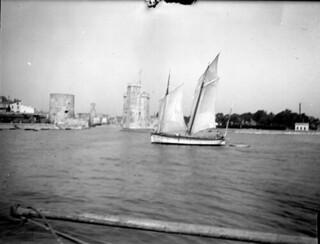 Bateau sortant du port, avec la Tour de la Chaîne et la Tour Saint-Nicolas, La Rochelle, 23 septembre 1903