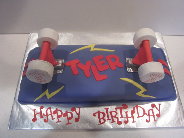 Skateboard Cake http://www.flickr.com/photos/l3cakecreations/5509467552/