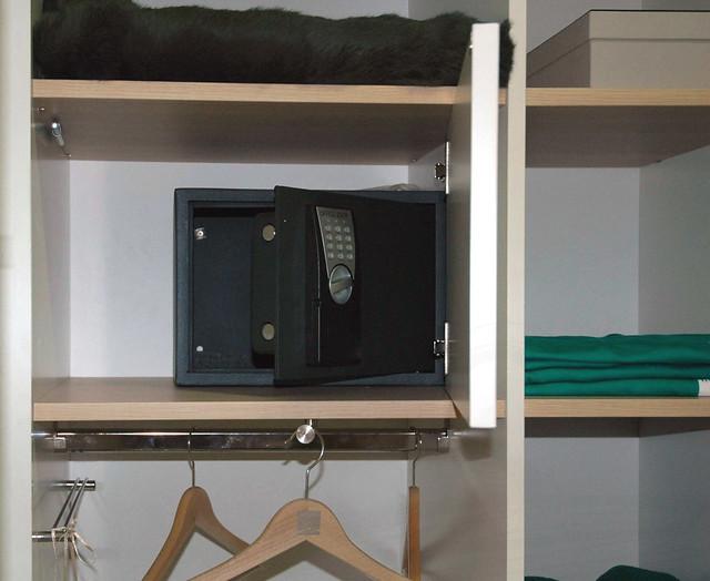 Caja fuerte oculta interior de armario personalizado - Armarios personalizados ...