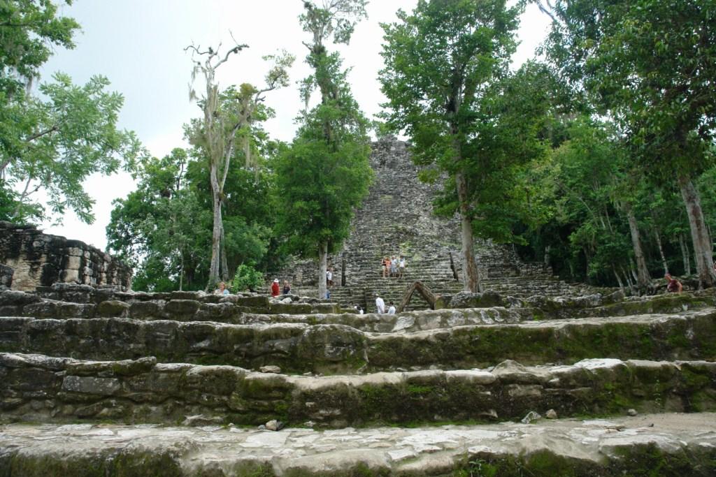 """Vista frontal de la estructura de la pirámide conocida como """"La Iglesia"""" en el Grupo B o Grupo Complejo Cobá. La Estela 11 se encuentra en el primer plano en la base de la pirámide, bajo el techo de paja. cobá, la apocalíptica ciudad del fin del mundo - 5476689449 9898fc0f62 o - Cobá, la apocalíptica ciudad del fin del mundo"""