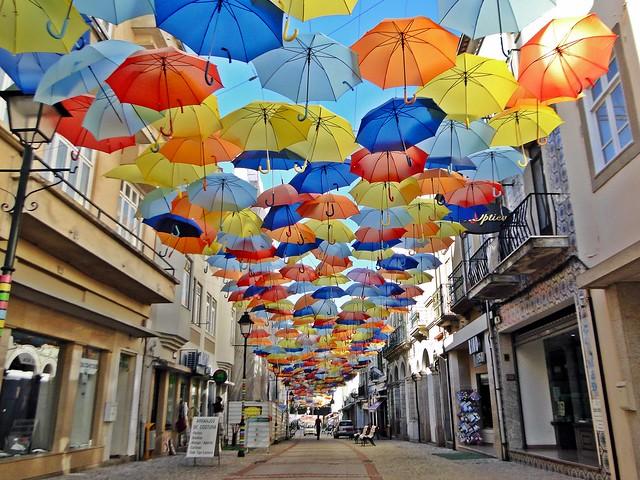 Um céu de chapéus-de-chuva