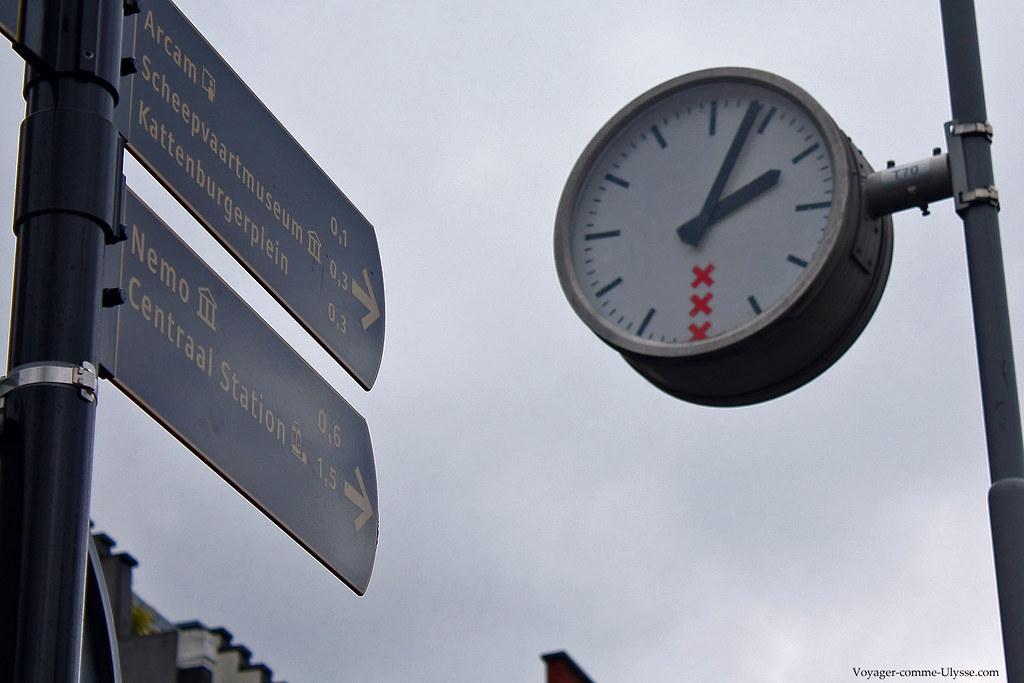 Horloge de lampadaire et panneaux de direction