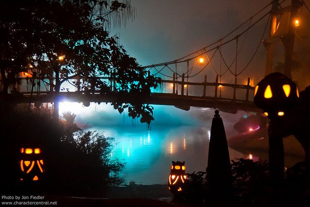 DLP Halloween 2009 - Adventureland on  a Foggy Halloween Night