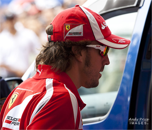 Alonso leaves the fans area