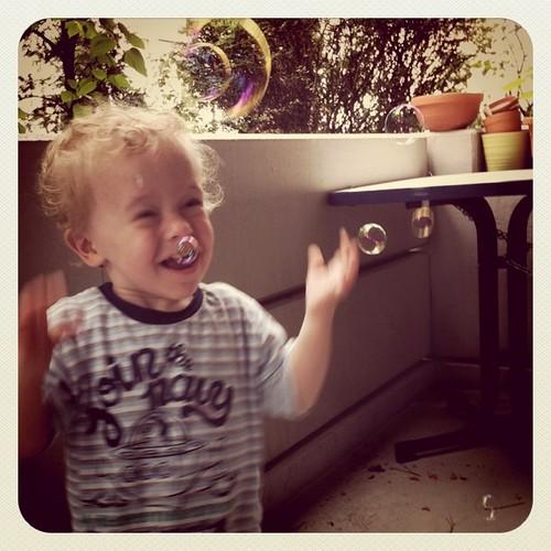 Seifenblasen sind so viel schöner als Wäsche machen ;)