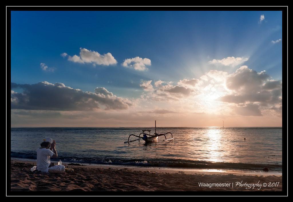 Prayer at the sea   A Balinese Mangku (Hindu Priest) bringin…   Flickr