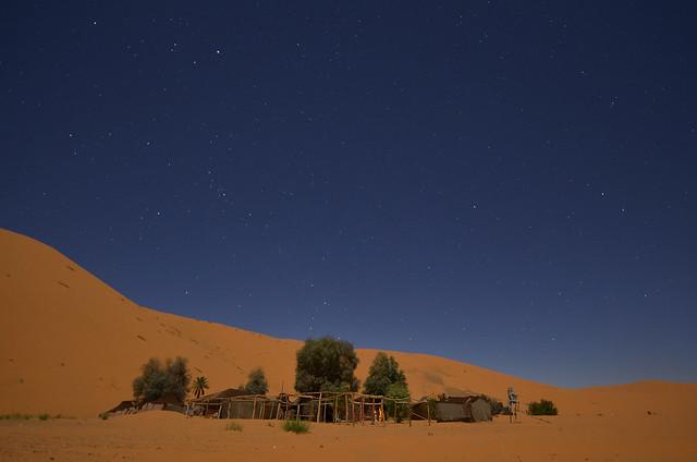 Campamento de jaimas en el desierto de Merzouga bajo la gran duna de Erg Chebbi