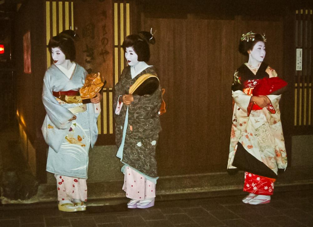 Geiko Sayoko con otra geiko y maiko en Gion, Kioto