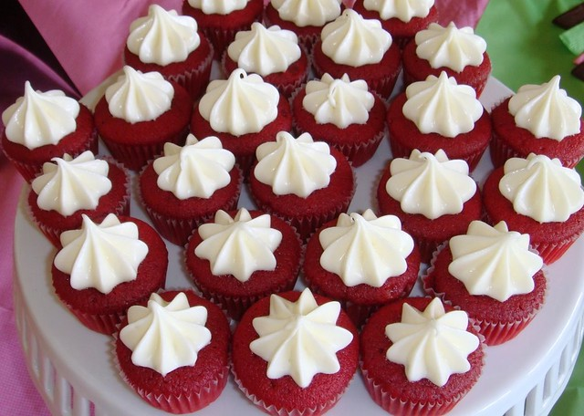 BCC044-2011 Simple Red velvet cupcakes with cream cheese frosting ...