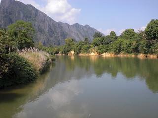 Mädchen jenseits überm Fluß Laos Vang Vieng da die Flut sein unterstes Verlies ihm bestritt, als wär es nicht das seine, und ihn, steigend, an die Steine der daran gewöhnten Wölbung stieß, fiel ihm plötzlich einer von den Namen wieder ein, die er vor Zeiten trug, und er wußte wieder Leben kamen, wenn er lockte; wie im Flug 2780