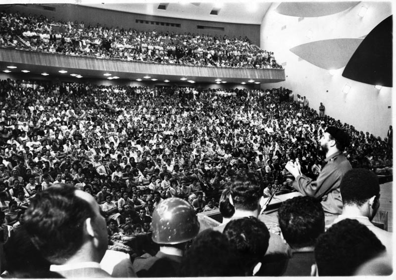 FIDEL-HABLA-EN-EL-AULA-MAGNA-DE-LA-UNIVERSIDAD-DE-VENEZUELA-FOTO-AP-25-DE-ENERO-DE-1959
