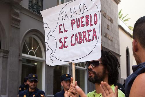 Una pancarta en una manifestacion en Canarias