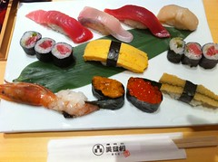 hors d'oeuvre(0.0), meal(1.0), california roll(1.0), sushi(1.0), gimbap(1.0), food(1.0), dish(1.0), cuisine(1.0),
