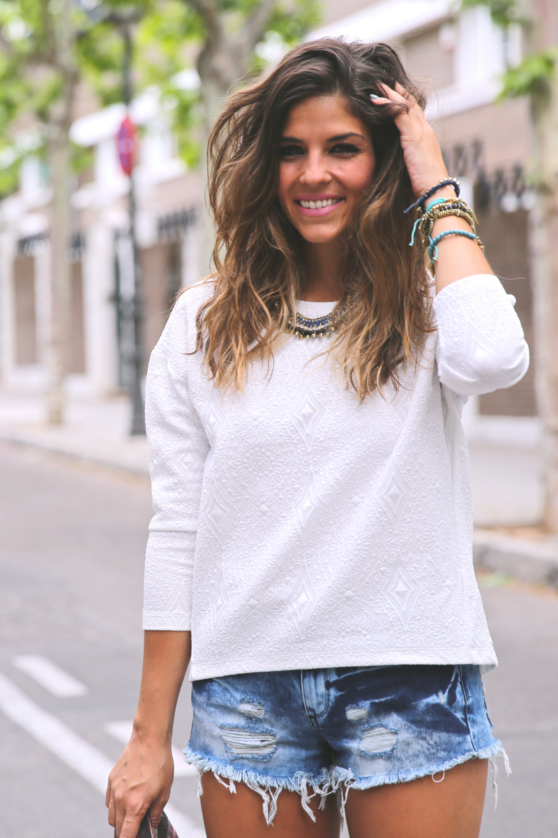 trendy_taste-look-outfit-street_style-ootd-blog-blogger-fashion_spain-moda_españa-denim_shorts-shorts_vaqueros-top_blanco-white_top-sandalias_cordones-ethnic_cluth-clutch_etnico-el_corte_ingles-5