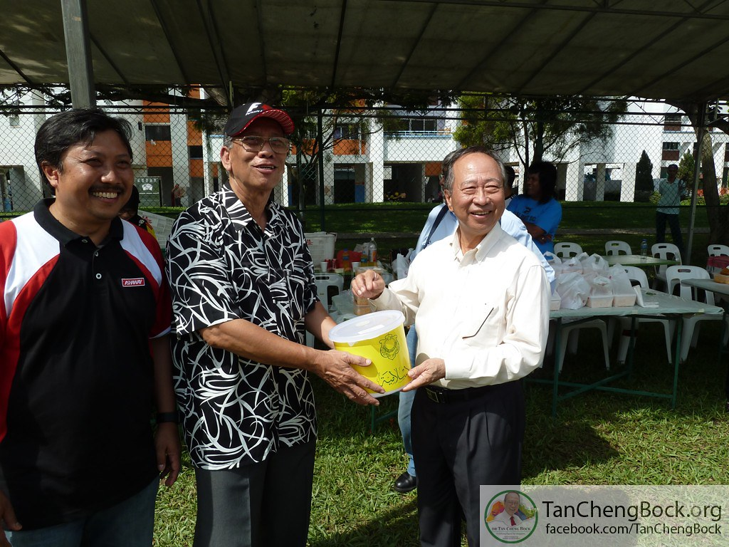 Dr Tan Cheng Bock with Fandi Ahmad and Footballers 2011-06-26 (49)