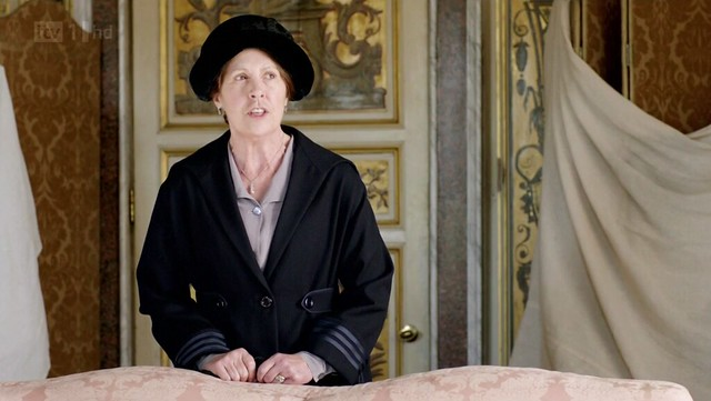 DowntonAbbeyS02E04_Isobel_blackcoatstripedsleeves