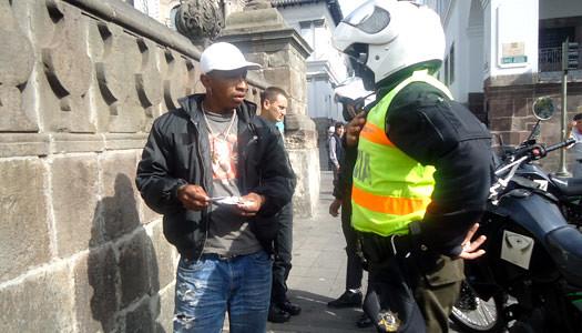 El ministerio del interior apunta a una polic a m s cerca for Twitter ministerio del interior ecuador