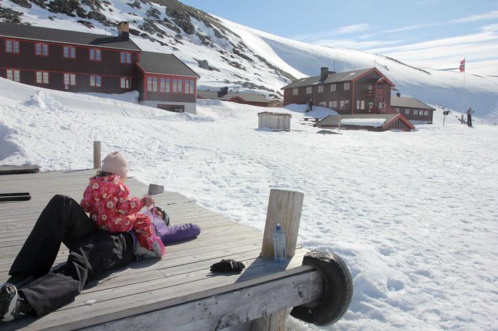 Auringosta nauttimista keväthangilla Norjassa