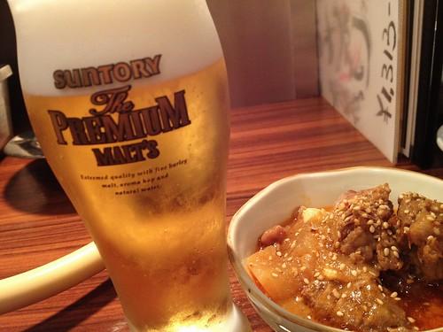 お通しの牛スジ煮込みと生ビール@三軒茶屋 ホルモンやく蔵 金肉屋
