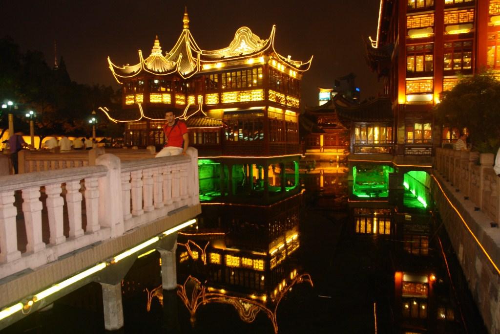 La casa del té y su famoso puente en zig-zag es uno de los grandes atractivos de la ciudad antigua de Shanghai