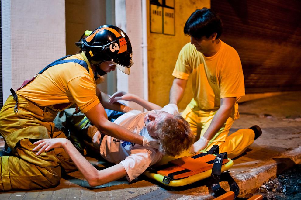 Los bomberos de Sajonia acuden al auxilio solicitado por una persona de avanzada edad que cayó al suelo de un tropezón y ya no se pudo levantar. Ante el riesgo de tener huesos rotos los bomberos subieron al herido cuidadosamente a la ambulancia y fue trasladado hasta el Hospital de Emergencias Médicas. (Elton Núñez)
