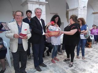 Gli associati Auserospiti consegnano al sindaco Menino Coppi un cesto con prodotti della terra di Brindisi.