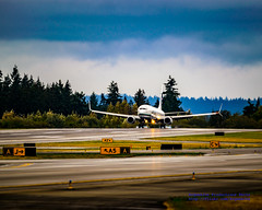 Boeing 737-900 Makes Touchdown On Wet Paine Field