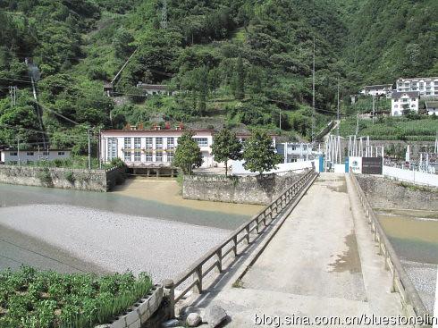 水電站將山區水流集束用於發電,水源明顯黃濁,與普通河道水流形成對比