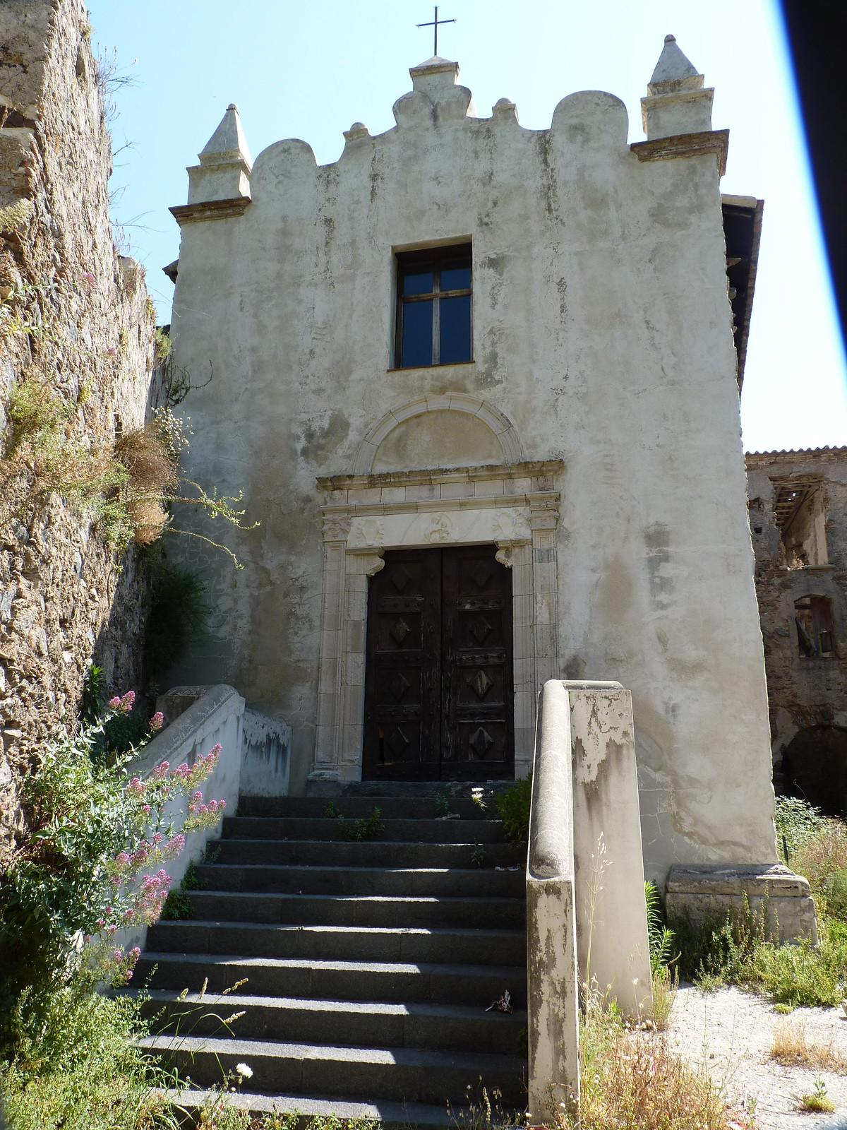 la facciata con il portale d'ingresso cinquecentesco