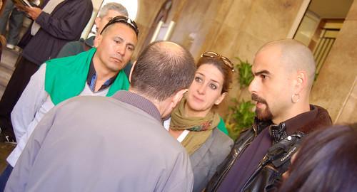 Manau (d'esquenes) parlant amb membres de la PAH. Foto: J.d.A