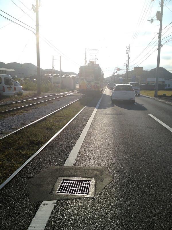 道路脇に線路 電車通過